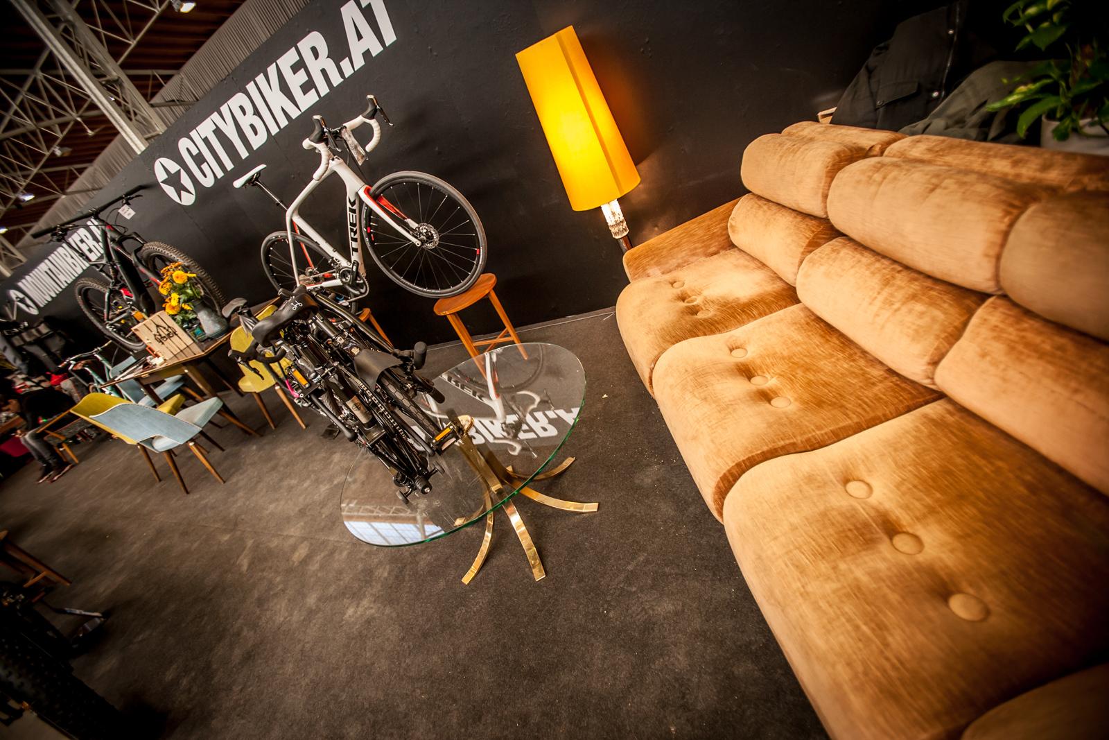 Auch die einzelnen Aussteller (hier: Mountainbiker/Citybiker) bemühten sich sichtlich um Eleganz und gutes Aussehen ...