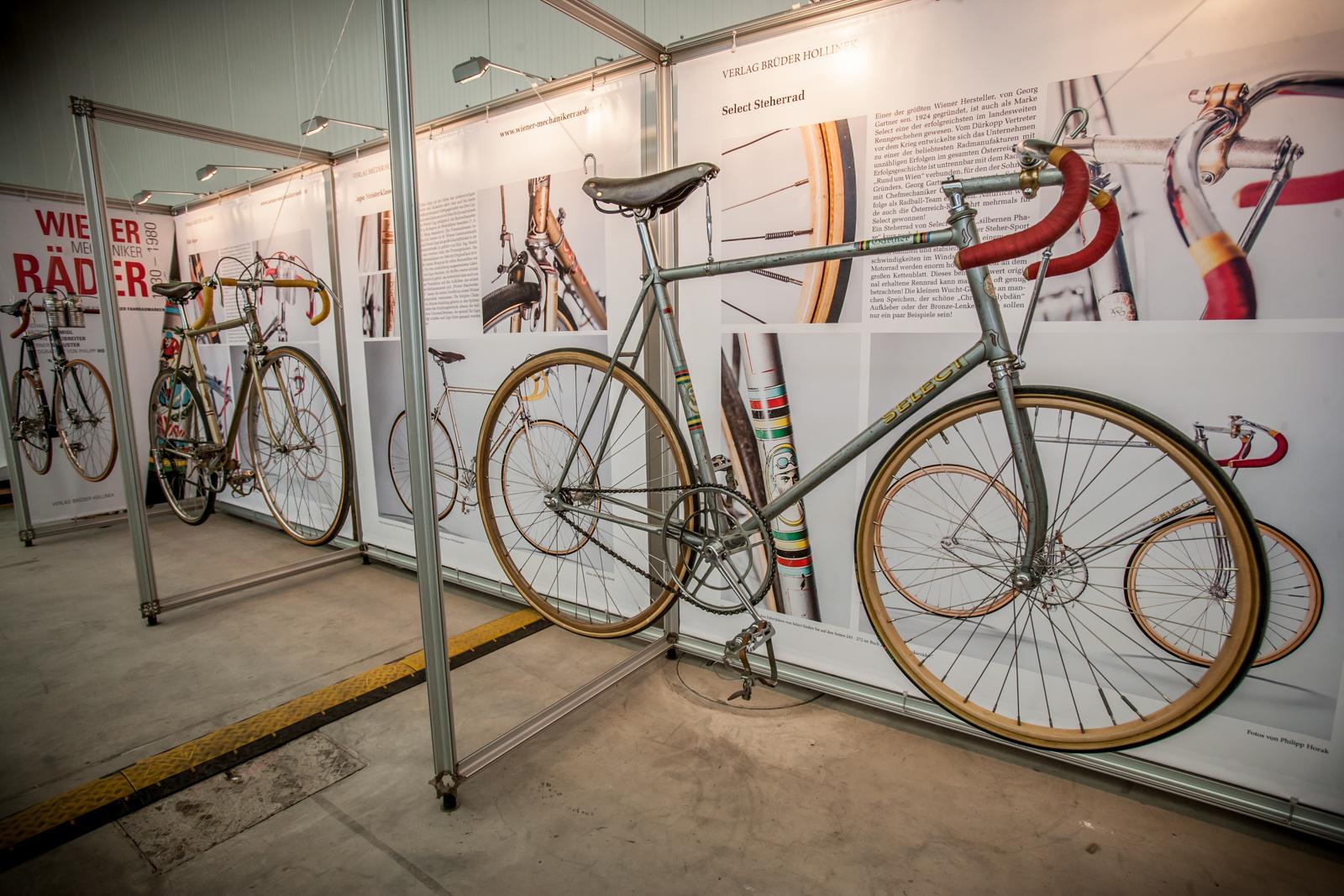 """Eine kleine Sonderausstellung war den """"WIener Mechanikerrädern"""" gewidmet. Will heißen: Authentische Zeugnisse der regen Fahrradproduktion, welche zwischen 1930 und 1980 in der Bundeshauptstadt beheimatet war. Insgesamt gab's über 100 Marken, und dank eines mehr als nur velophilen Teams aus begeisterten Sammlern, begnadeten Schreibern, begabten Fotografen und sonstigen Verrückten finden sich diese seit einigen Jahren alle versammelt in einem wunderschönen Buch."""