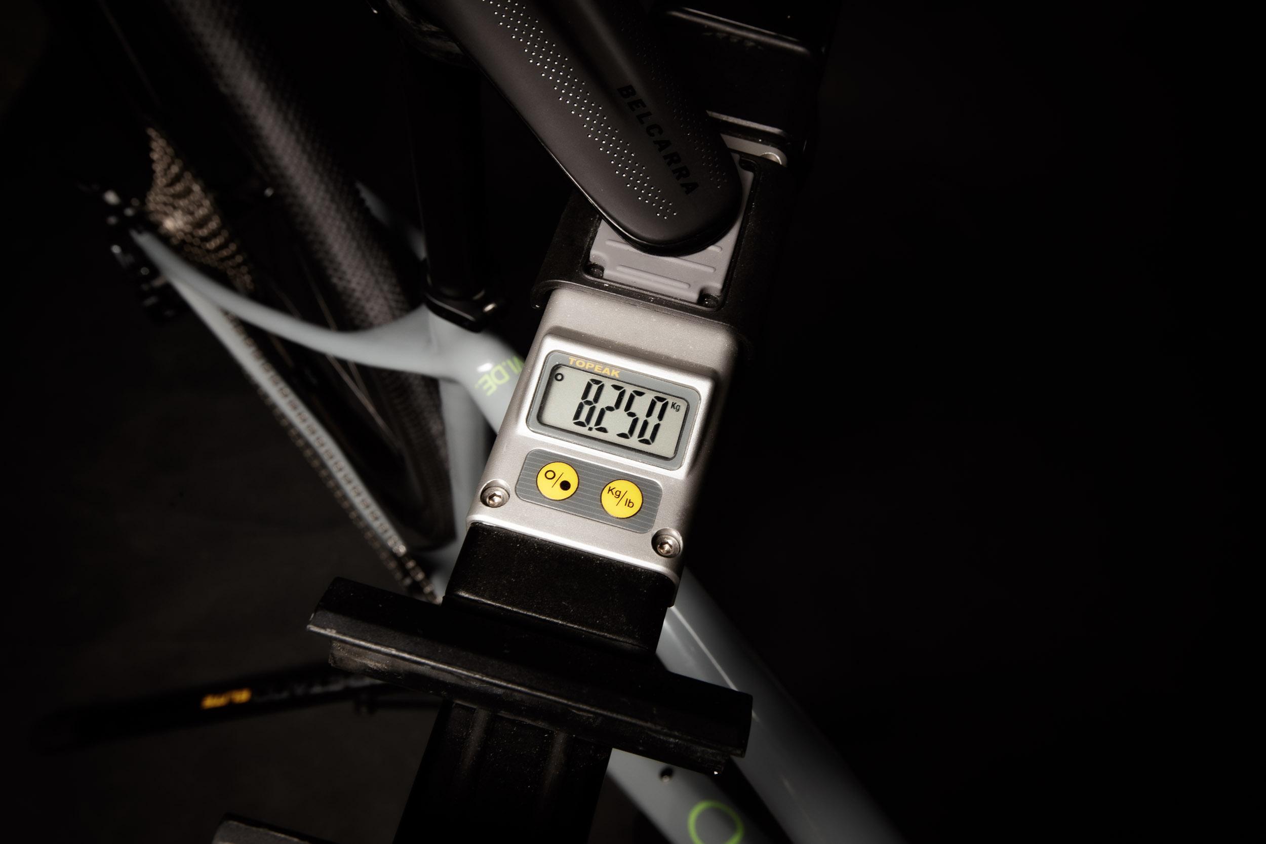 Das Gesamtgewicht von 8,25 kg (ohne Pedale) inklusive Milkit Sealant und dem Computerhalter in Größe Medium kann sich sehen lassen.