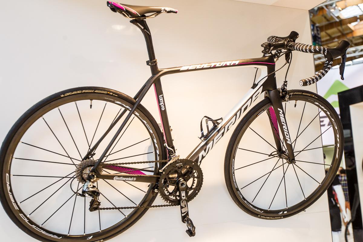 Das Scultura Team in Lampre-Lackierung wird mit Dura Ace und Fulcrum Racing Zero Carbon-Laufrädern 6.599 Euro kosten. Deutlich günstiger (in Österreich ? 1.849,- statt 2.099) kommt das Team-Replica des 5000er-Modells.