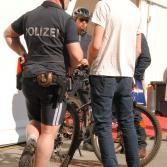 Auch da: beradelte Polizisten.