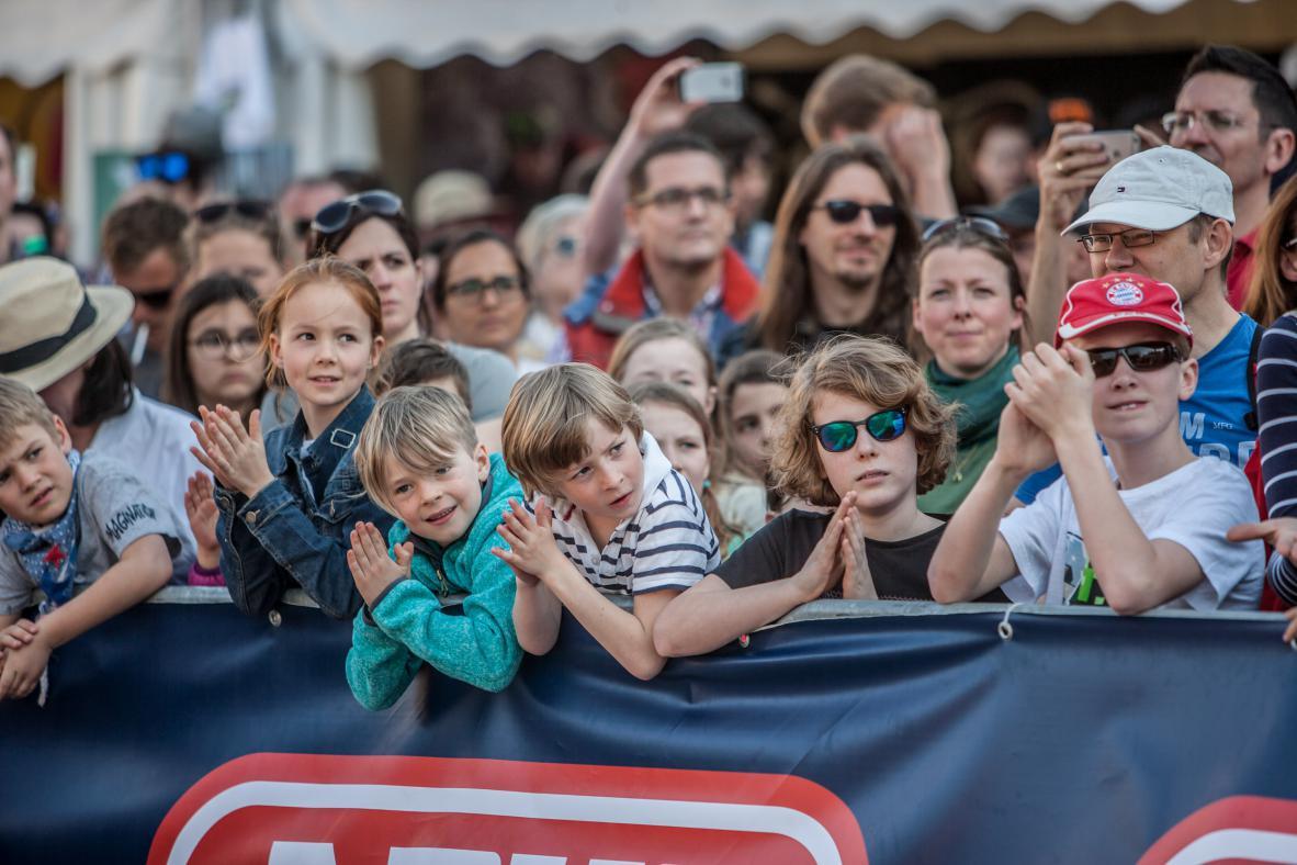 """Viele der Zuseher waren kaum jünger als der heimliche Star der Truppe, der zwölfjährige Jaka aus Slowenien. Mangels Park in seiner Heimat trainiert er öfter in Tschechien, aber  """"just for fun"""", wie sein Vater versichert. Im Vorjahr schaffte er dank Senads Tipps  ..."""