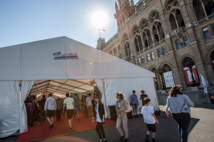 Unter großen Zeltdächern vereint: Tourismusregionen, Rennveranstalter und Abverkaufsräder.