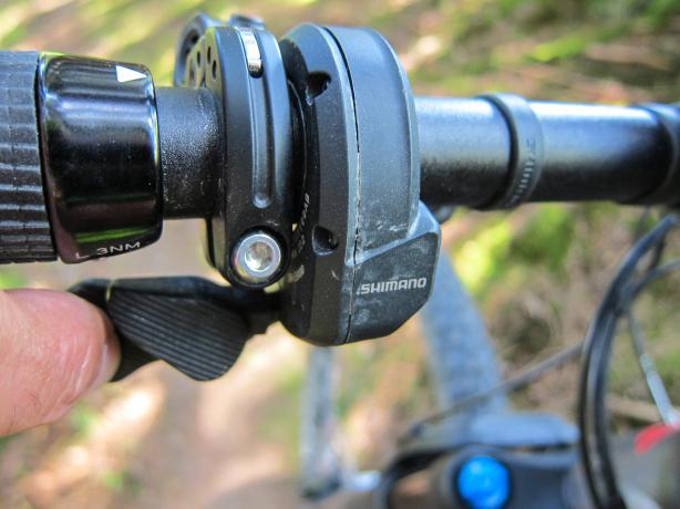 Die Modi und Bedienung am Steps E8000 übernehmen aus der Di2 bekannte Firebolt Trigger. Sehr intuitiv und formschön.