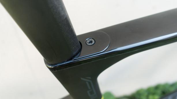 Die Sattelstütze wird im Rahmen geklemmt, und nimmt die Aero-Form des Sitzrohres auf.