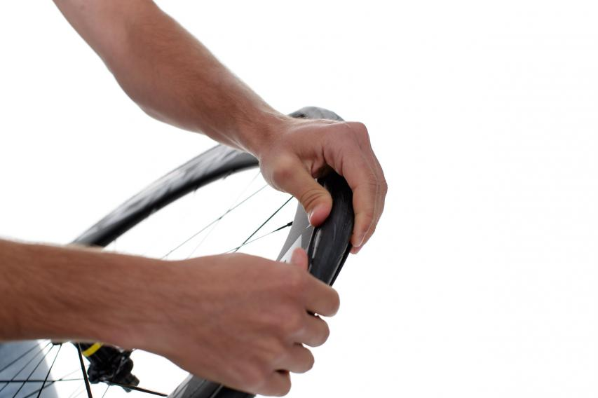 Die Montage der Reifen kann zwar mit Technik und Kraft auch ohne Reifenheber funktionieren. Leichter geht es aber doch mit.