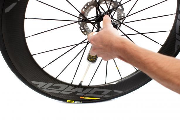 Nach ausgiebigem Aufschütteln empfiehlt sich allerdings die weitere Befüllung der Reifen mit der mitgelieferten Spritze.