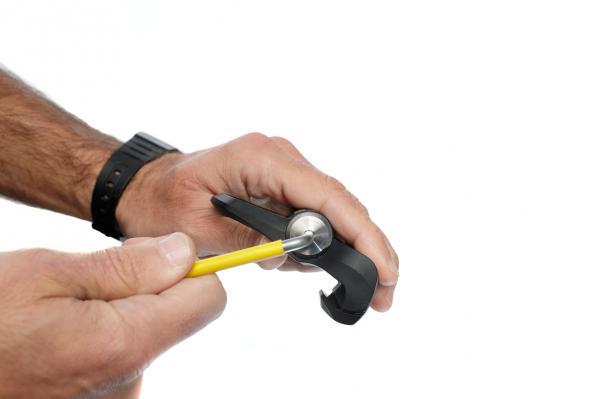 Mit einem 4-mm-Inbusschlüssel lässt sich an beiden Pedalen das Batteriefach öffnen.