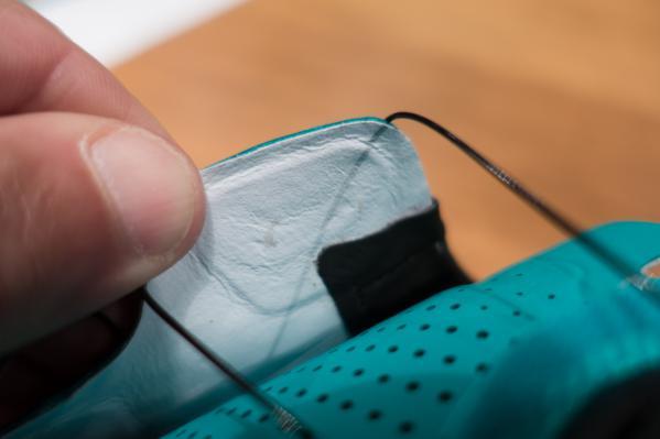 Die Verschlusshaken werden unter Druck verklebt und so bilden sich keine unangenehmen Falten oder Kanten.