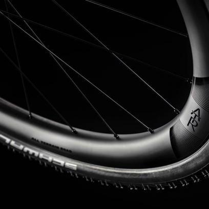 Neben dem Lenker sorgen auch breite 40 mm Reifen auf 22 bzw. 23 mm Felgen und