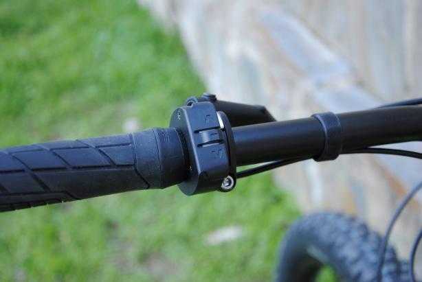 Das HUD informiert über Ladezustand, Reichweite, Geschwindigkeit, und was sich sonst noch so für einen Fahrradcomputer gehört. Via Bluetooth mit dem Smartphone verbunden, wird auch über eingehende Nachrichten und Anrufe informiert.