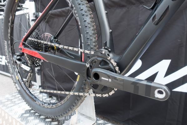 Modelle mit 1x-Schaltung kommen mit Kettenführung. Es kann aber auch ein Umwerfer montiert werden.