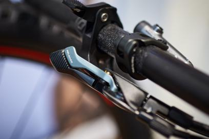 Deutlich ergonomischer soll sich der überarbeitete Twinlock Hebel gestalten. Einerseits wurde er schlanker, andererseits sorgt die gerippte Oberfläche für besseren Kontakt. Zur leichteren Erreichbarkeit sitzen 2019 auch die Trigger der Dropper etwas tiefer.
