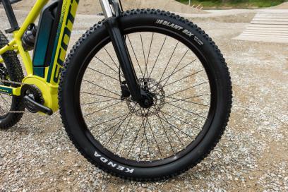 """2.6"""" breite Kenda Slant Six Reifen und SR Suntour Gabel - Geländegängigkeit scheint ausreichend vorhanden."""