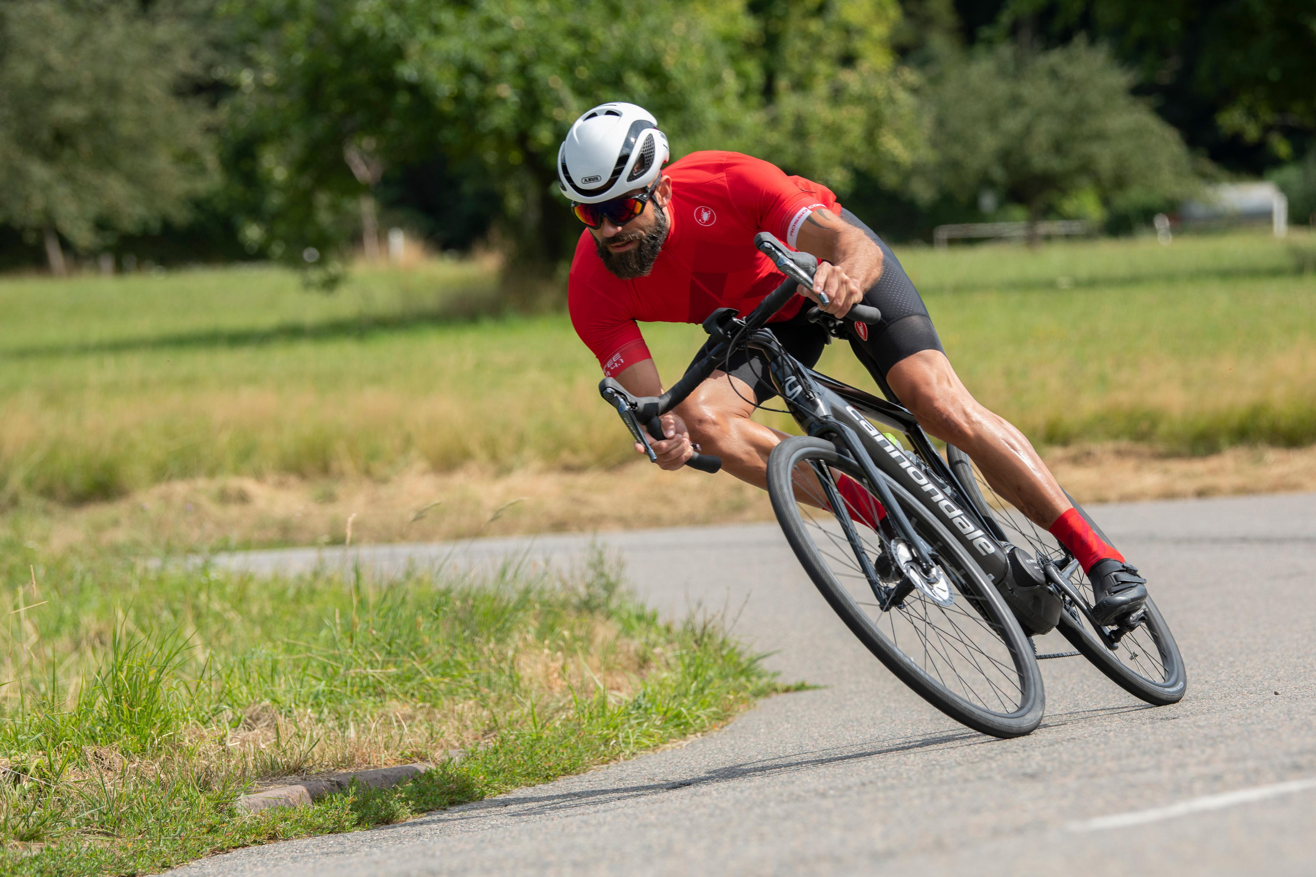#6 Bergab fährt sich das Synapse NEO wie ein extrem laufruhiges Rennrad und liegt satt auf der Straße.