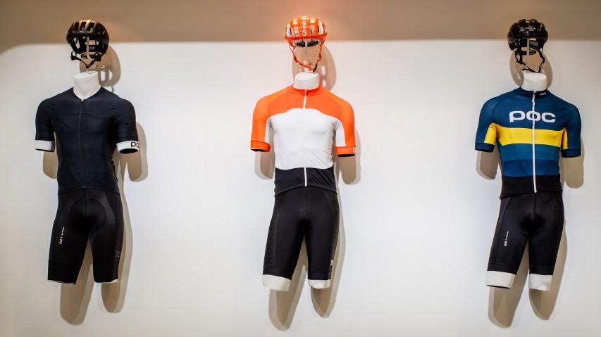 Roadbike 2019 Im Fokus stehen wieder die Linien Raceday und AVIP. Erstere bietet eine Reihe aerodynamischer Materialien, die den Luftwiderstand reduzieren. AVIP (Attention, Visibility, Interaction und Protection) fördert die Sicherheit beim Training auf offener Straße durch erhöhte Sichtbarkeit.
