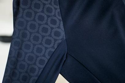 Durch den Einsatz einer widerstandsfähigen Keramikbeschichtung an den Armaußenseiten und Schultern bietet das Jersey einen hohen Schutz - speziell vor Abschürfungen.