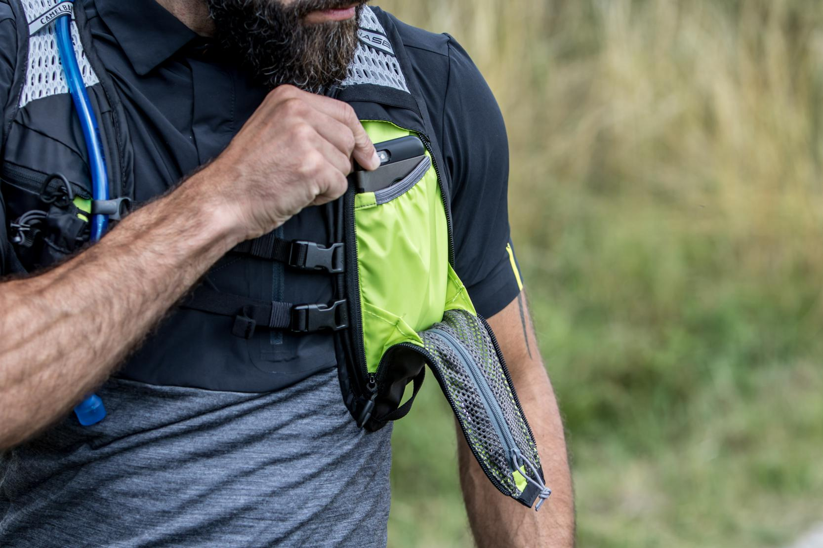 Die insgesamt acht Taschen lassen sich flexibel nutzen und bieten Platz für viel Zubehör.
