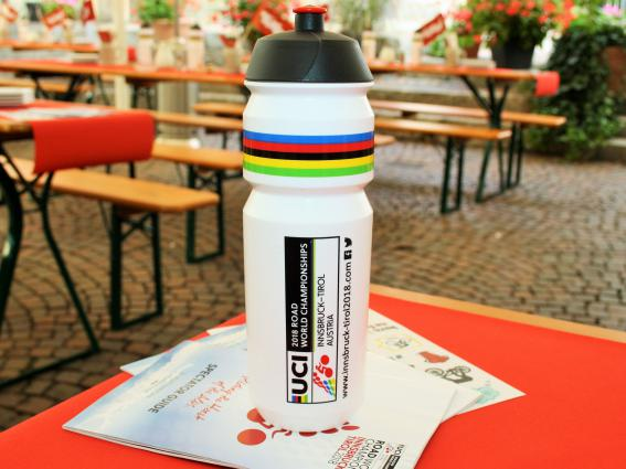 Jede/r Teilnehmer/in trinkt beim Rennen zwei bis acht Liter Flüssigkeit.