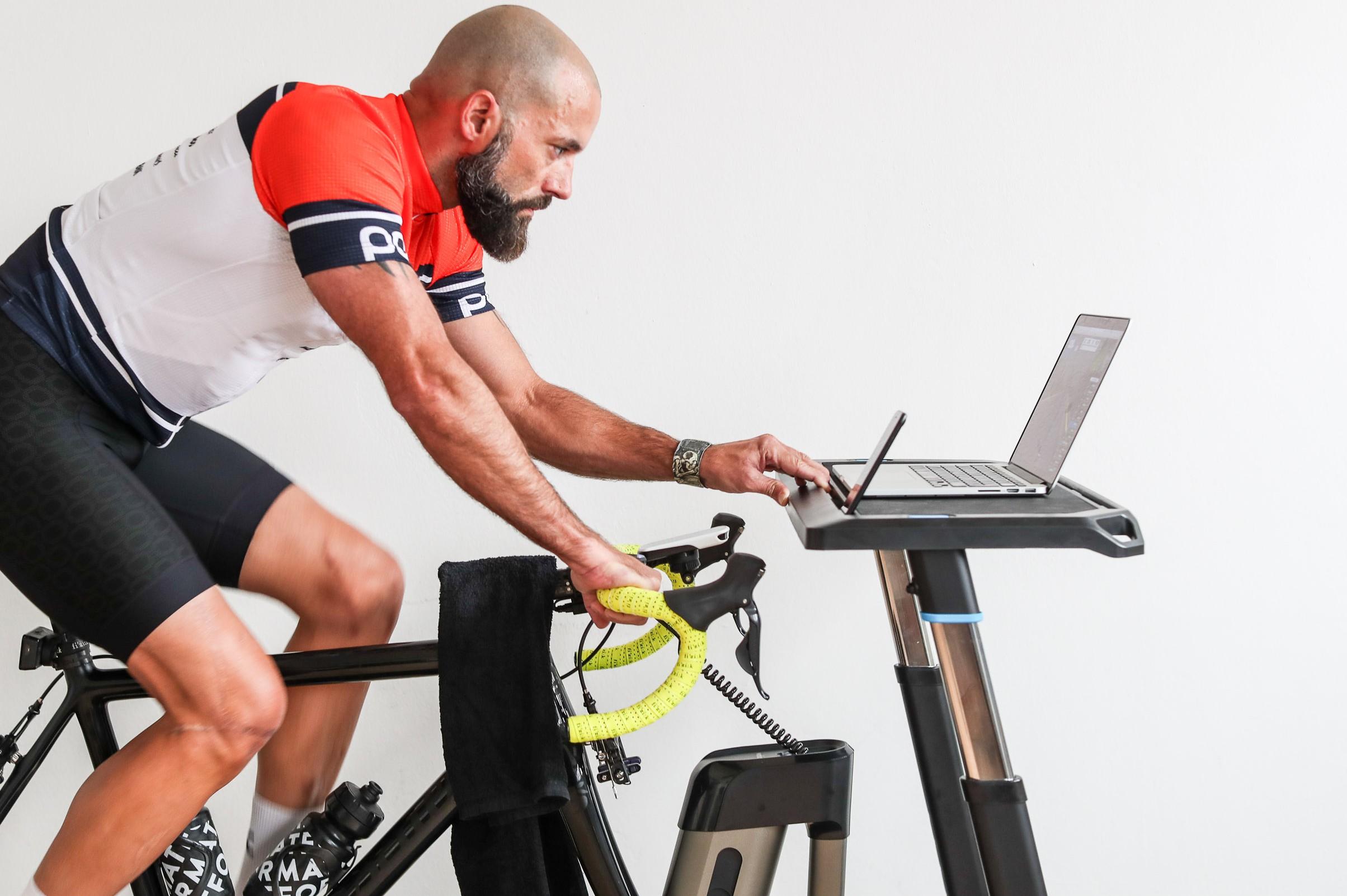 #6 So können Tisch und Ventilator während des Trainings einfach bewegt werden.