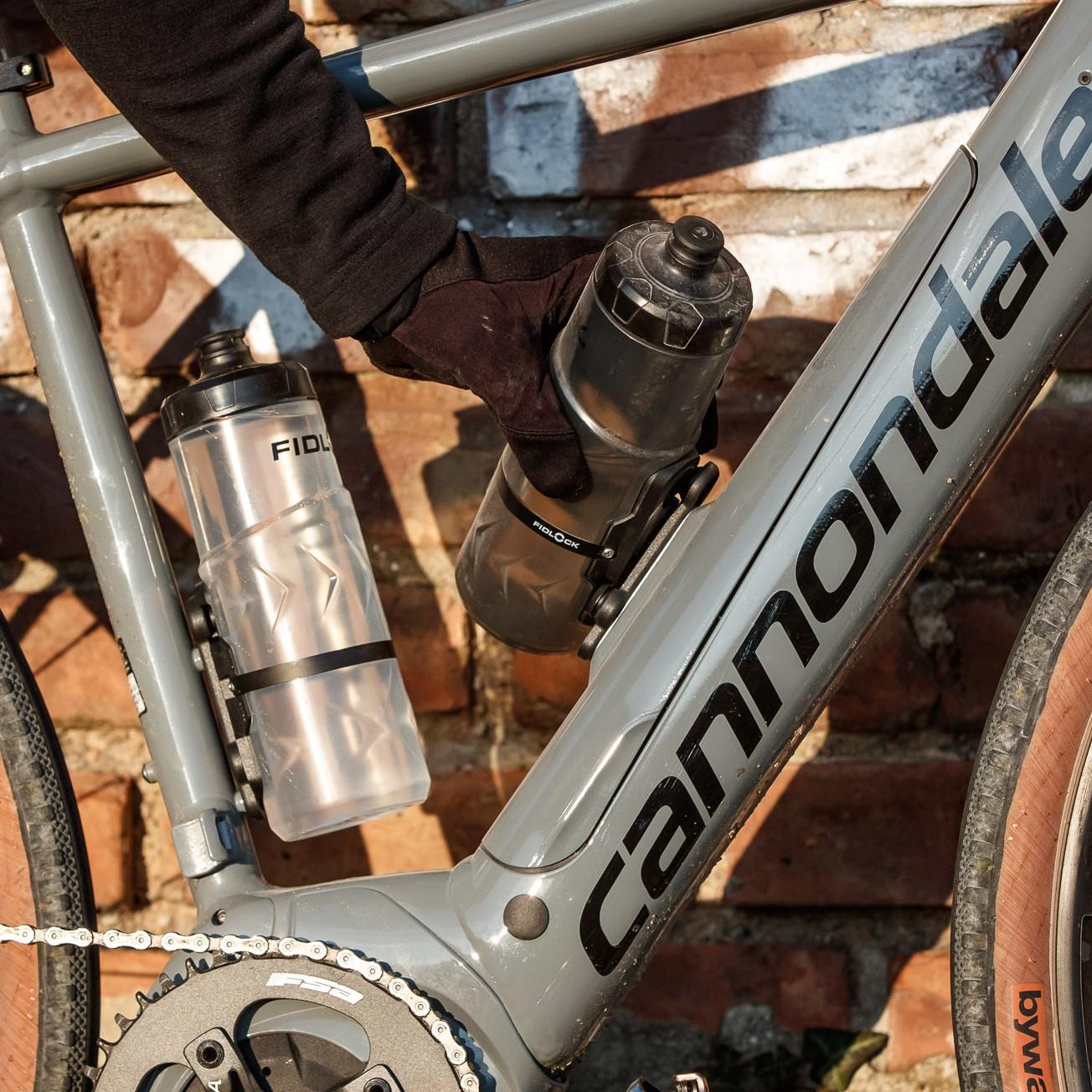 #2 Durch eine Drehbewegung wird die Flasche zur Seite entnommen - so passt sie auch an besonders kleine bzw. enge Fahrradrahmen, bei denen man mit anderen Haltern chancenlos wäre.