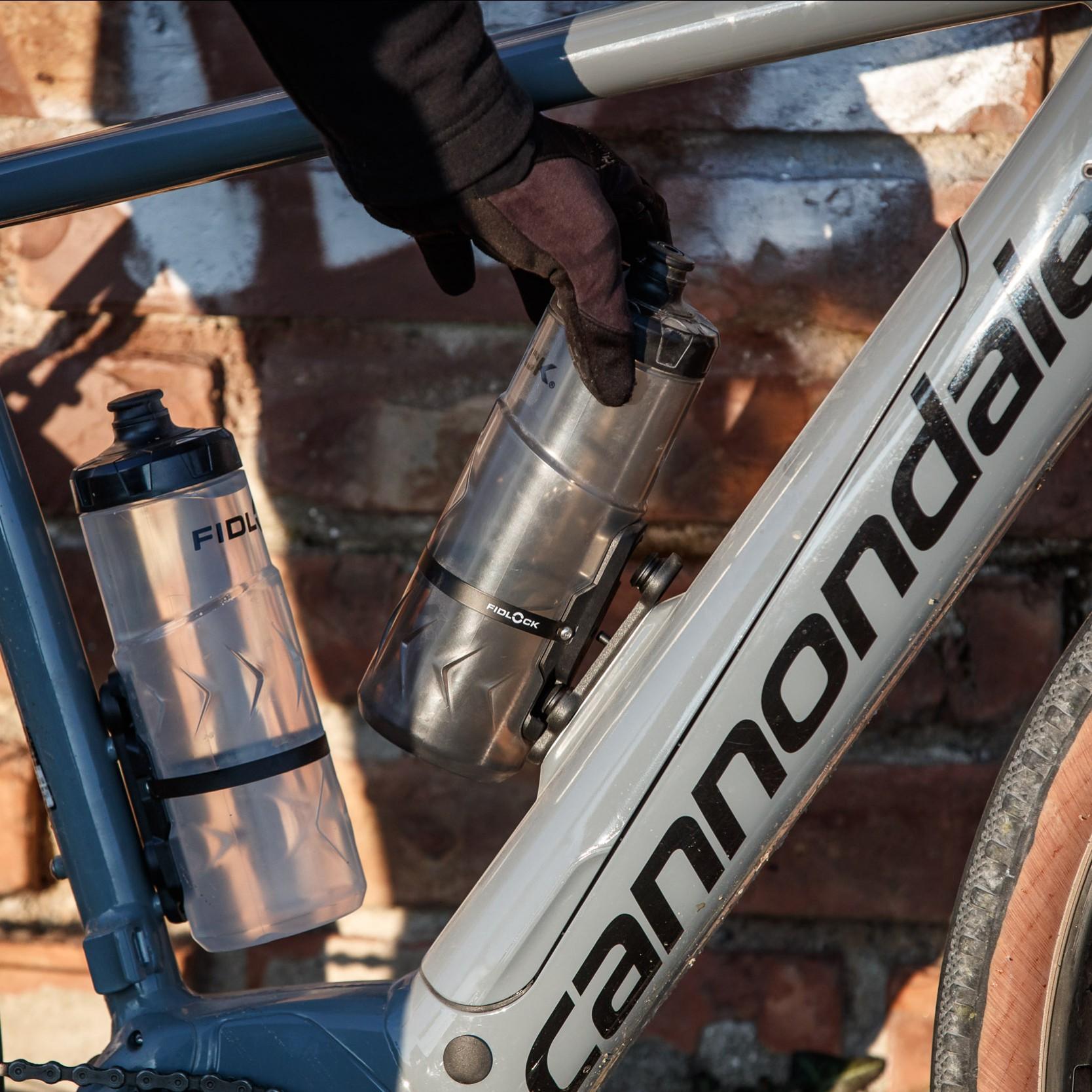 #4 Starke Magnete ziehen die Trinkflasche selbstständig in den Halter. Klick! Die mechanische Rastvorrichtung sorgt für eine feste Verbindung, auch wenn es über Stock und Stein geht.