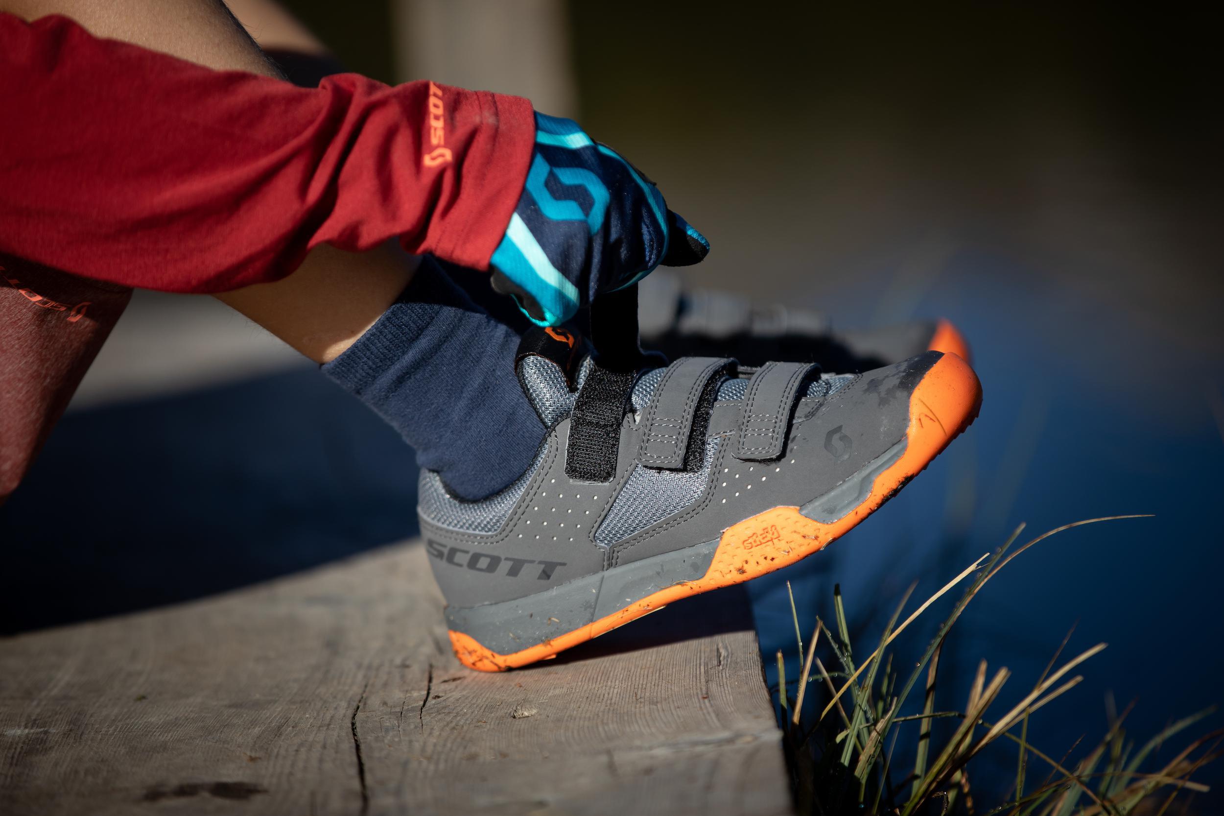 Eine komfortable Passform in Kombination mit robustem und reißfestem Obermaterial sowie der Sticki Rubber Laufsohle sind wie gemacht für kleine Füße.