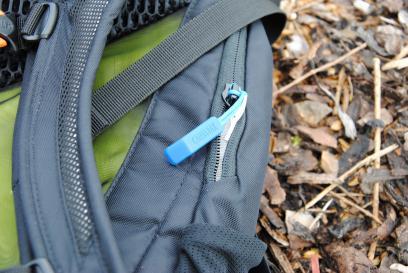 Hinter dem blauen Zipp versteckt sich bei Camelbak die Trinkblase.
