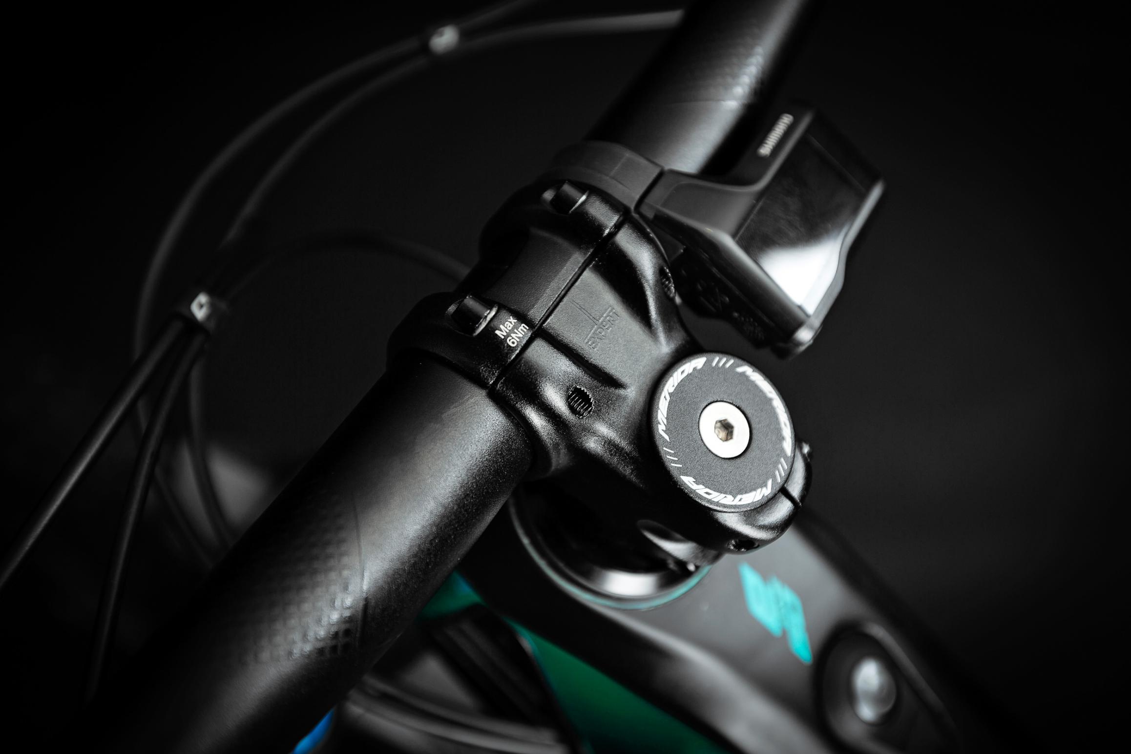 Merida Expert eTR Cockpit: Für eine saubere und aufgeräumte Optik werden die Kabel des E-Systems durch den Lenker und Vorbau geführt.