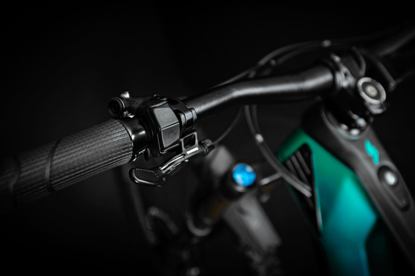 Shimano Shifter-R und Remote-Hebel für Vario-Sattelstütze:Für ein ebenso aufgeräumtes Cockpit sorgt die Kombi aus dem kompakten Shimano E7000-Wechselschalter der Unterstützungsmodi und Shimanos Remote-Hebel für dieTeleskopsattelstütze.
