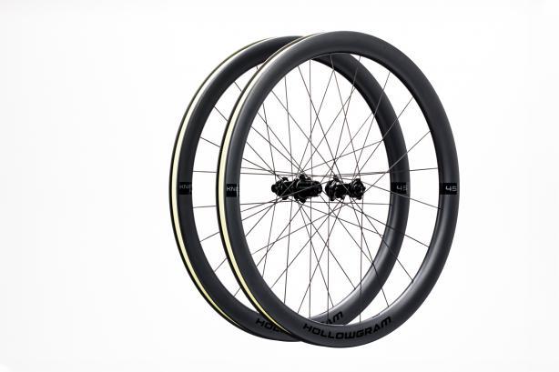 HollowGram 45 KNØT Wheels Die Allround-Laufräder mit 45 mm Profilhöhe kommenselbst mit breiten Reifen aerodynamischnahe an die fürs SystemSix vorgestellten 64 KNØT heran, sind aber signifikant leichter und weniger seitenwindanfällig.