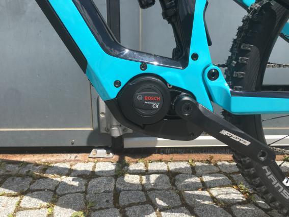Der neue Bosch Performance CX der Gen4 baut deutlich kompakter und wiegt lediglich 2,9 kg.