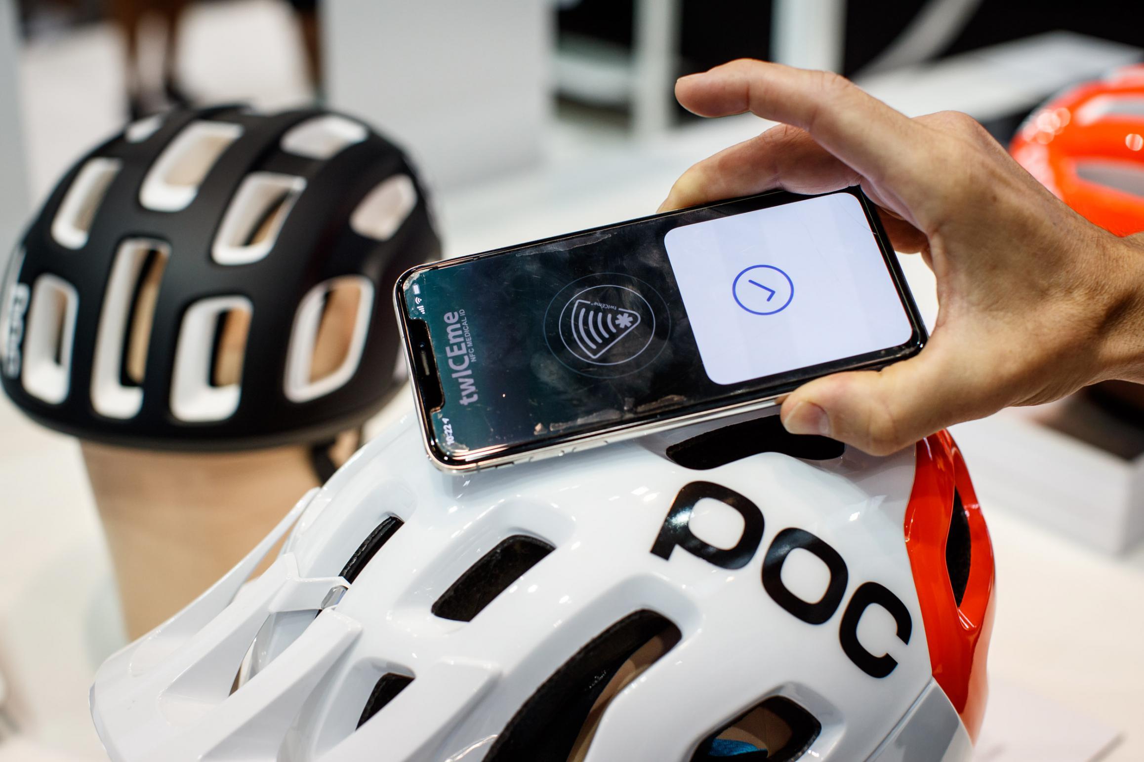 Der im Helm integrierte NFC-Chip kann optional mit medizinischen und persönlichen Notfalls-Daten bespielt werden. Das Auslesen erfolgt über diekostenlose twICEme-App oder mit jedem NFC-fähigen Smartphone.