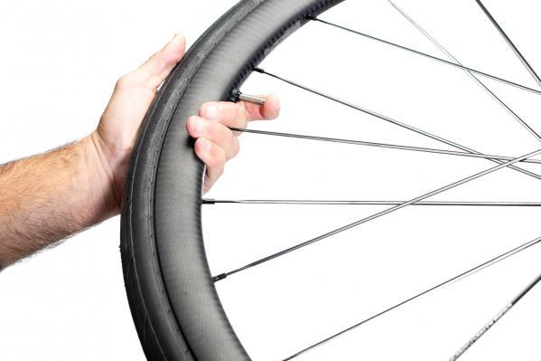 Nun lassen wir die Luft erneut aus. Der Reifen bleibt im Normalfall in den Flanken.