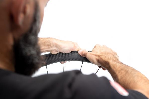 Die Montage funktioniert mit etwas Technik und Kraft ohne Reifenheber.