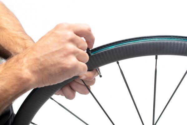 Mitgelieferte Ventile einsetzen. Die Laufräder kommen bereits mit dem UST- Felgenband.