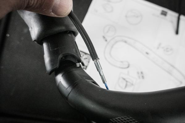 Auch die Bremsbowdenzüge können per Montagekabel durch den Lenker geführt werden.