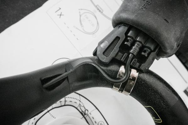 Bei den Kabeln darauf achten, dass sie stets spannungsfrei angebracht werden, damit sich die Steckverbindung beim Verdrehen des STIs (z.B. Sturz) nicht löst.