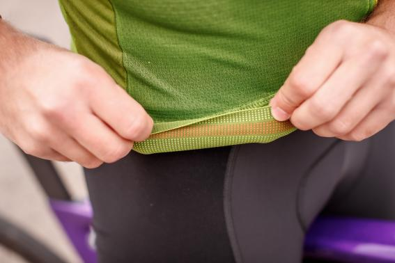 Details wie elastische Silikonabschlüsse finden sich aber trotzdem am Trikot.
