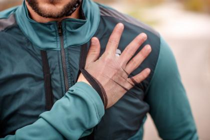 Zusätzlicher Stauraum: Der gesamte Brustbereich ist von zwei großen Netztaschen umspannt.