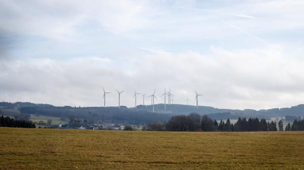 Windräder und viel Landschaft prägen die Umgebung von Rehe, einem kleinen Dorf mit ca. 950 Einwohnern.