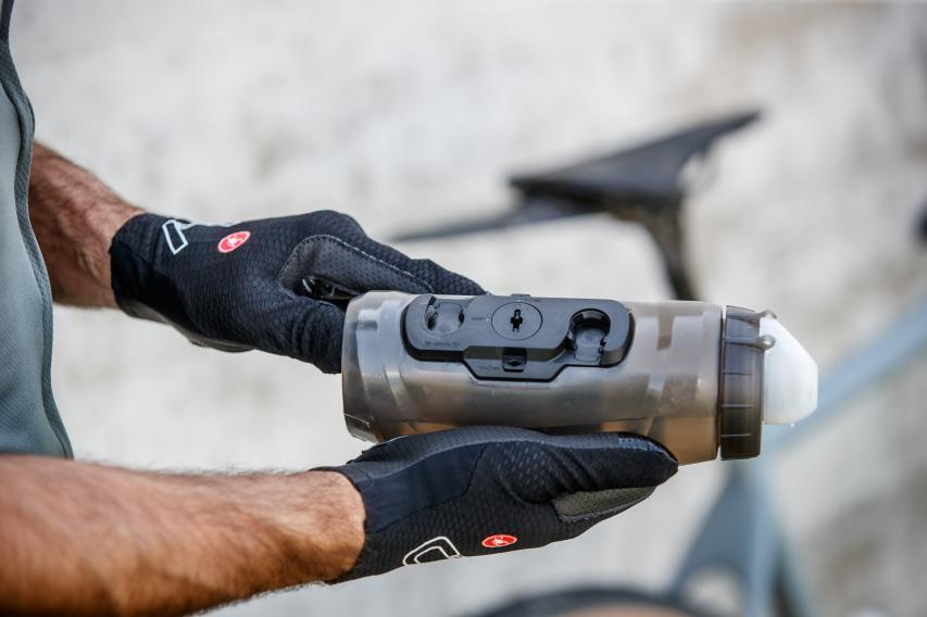 Der TWIST-Halter ist nun besser in die Flasche integriert und hält diese auch bei hängender Montage optimal fest.
