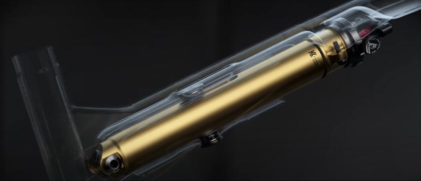 Er wird von einem Standrohr umschlossen, das eine Verformung oder Beschädigung des Dämpfers verhindern soll.