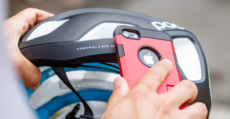 Das Endgerät mit der Antenne-beim iPhone liegt diese unter der Selfie-Kamera am Display-Rand-auf das NFC Symbol am Helm legen.