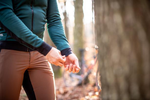 Die Abschlüsse am Ärmel sind eng genug, um unter Handschuhen keinen Stau zu verursachen und verhindern Zugluft am Handgelenk ohne Handschuhe.