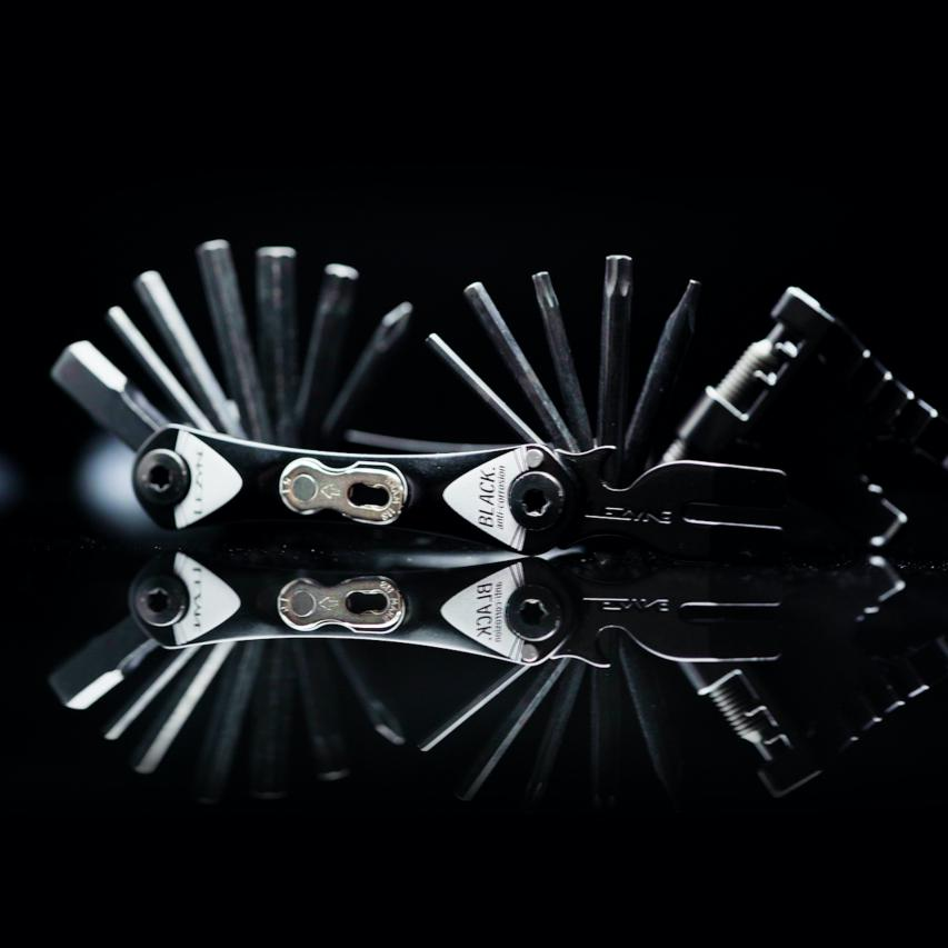 RAP II 6: HEX 3/4/5/6 mm, Torx T25, Phillips RAP II 8: HEX 2.5/3/4/5/6 mm, Torx T10/T25, Phillips RAP II 12: HEX 2/2.5/3/4/5/6/8 mm, Torx T10/T25/T30, Phillips, Schlitz-Schraubendreher RAP II 18: Quick Link Halter, HEX 2/2.5/3/4/5/6/8 mm, Torx T10/T25, Phillips, Chain Breaker, 8/10 mm Schlüssel, 4 Speichenschlüssel RAP II 24: Quick Link Halter, HEX 2/2.5/3/4/5/6/8 mm, Torx T10/T25/T30, Phillips, Schlitz-Schraubendreher, Chain Breaker, 8/10 mm Schlüssel, 4 Schraubenschlüssel, Disc Brake Wedge, Rotor Ausrichtwerkzeug