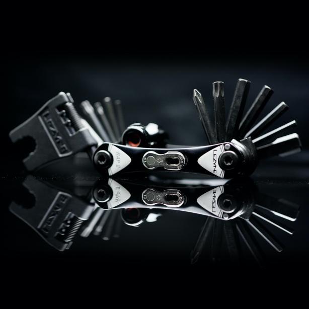 RAP II 19 CO2: Quick Link Halter, HEX 2/2.5/3/4/5/6/8 mm, Torx T10/T25, Phillips, Chain Breaker, 8/10 mm Schlüssel, 4 Speichenschlüssel, Disc Brake Wedge, Rotor Ausrichtwerkzeug, CO2 Inflator RAP II 25 CO2: Quick Link Halter, HEX 2/2.5/3/4/5/6/8 mm, Torx T10/T25/T30, Phillipskopf und Schlitzschraubendreher, Chain Breaker, 8/10 mm Schlüssel, 4 Speichenschlüssel, Disc Brake Wedge, Rotor Ausrichtwerkzeug, CO2 Inflator