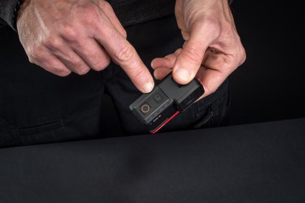 An der Kamera befinden sich der Ein/Aus- und der Aufnahmeknopf.