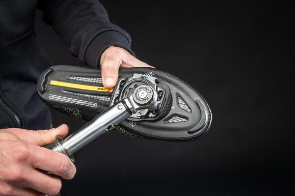 Nachdem die seitliche Positionierung der Schuhplatte vorgenommen wurde, ziehen wir die 12-mm-Befestigungsschrauben mit 2,5 Nm fest.