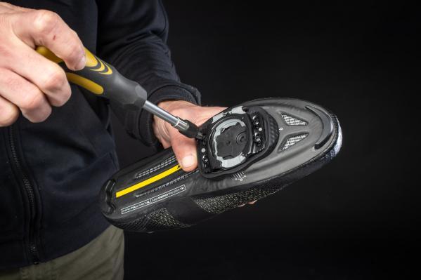 Schraube ohne Festziehen die vier 12-mm-Befestigungsschrauben in die Gewindelöcher in der schwarzen Basisplatte.